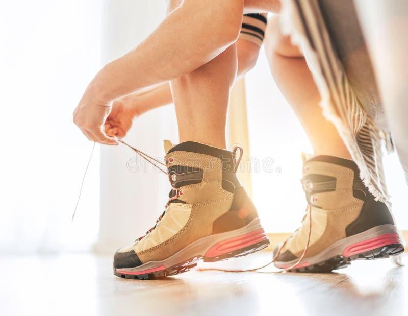 Καινούριες μπότες πεζοπορίας που δένουν μια στιγμή λουλουδιών το πρωί της νέας ημέρας φως του ήλιου Εικόνα έννοιας έναρξης νέας ε στοκ εικόνα με δικαίωμα ελεύθερης χρήσης