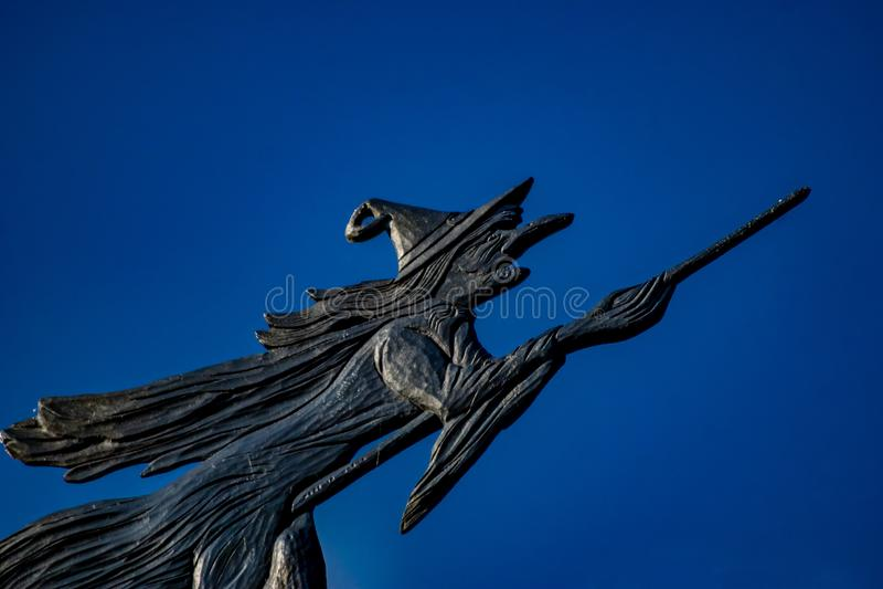 Καιρικό vane μιας μάγισσας που πετά σε μια σκούπα στοκ εικόνες
