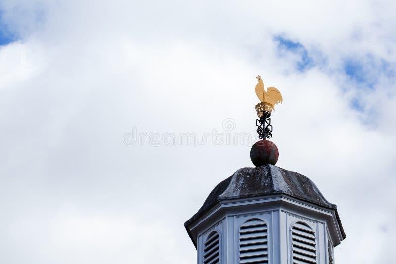 Καιρικό vane χρωματισμένος κόκκορας χρυσός κοτόπουλου στεγών τοπ με το νεφελώδη μπλε ουρανό στοκ φωτογραφία με δικαίωμα ελεύθερης χρήσης