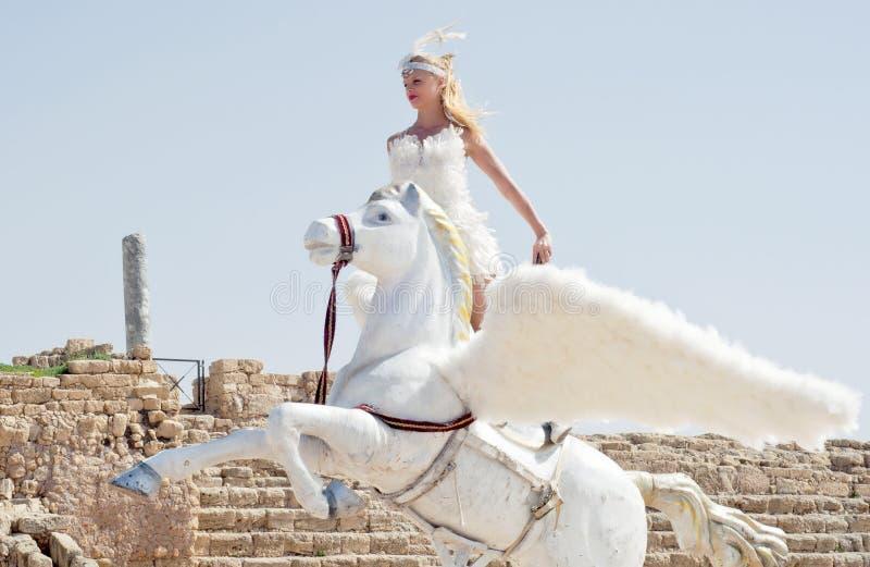 ΚΑΙΣΑΡΕΙΑ - 4 ΜΑΡΤΊΟΥ: Οι εορτασμοί Purim παρελαύνουν, κορίτσι σε ένα άλογο σε Ceasearea, Ισραήλ στις 4 Μαρτίου 2015 στοκ εικόνα με δικαίωμα ελεύθερης χρήσης