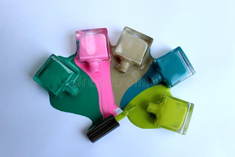 Και ανοικτή στιλβωτική ουσία καρφιών των διαφορετικών χρωμάτων στοκ φωτογραφία με δικαίωμα ελεύθερης χρήσης