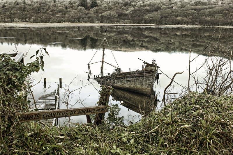 Και εγκαταλειμμένη βάρκα στη δυτική λίμνη, Tarbert σε Argyle και Bute, Σκωτία στοκ φωτογραφίες