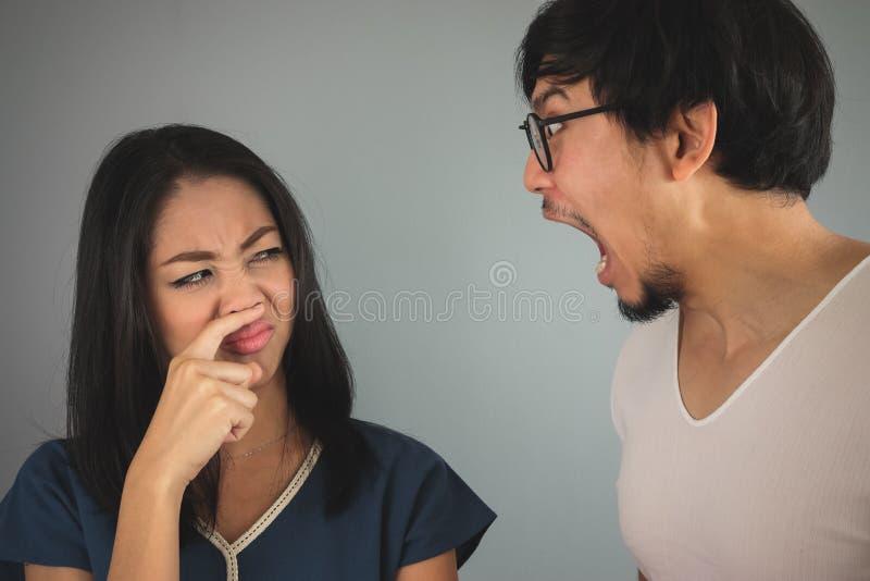 Κακή αναπνοή από το σύζυγο στοκ φωτογραφίες