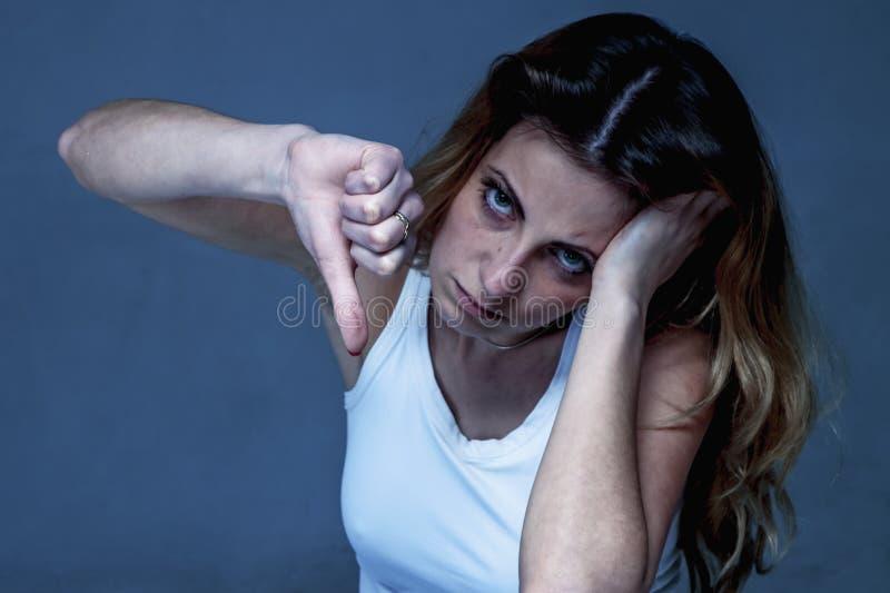 κακός όλα Γυναίκα που παρουσιάζει δάχτυλο αντίχειρών της κάτω ως σύμβολο στοκ φωτογραφίες