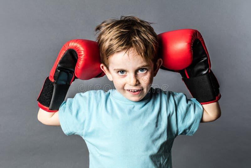 Κακό νέο αγόρι με τις φακίδες που κρατά τα εγκιβωτίζοντας γάντια του επάνω στοκ εικόνες με δικαίωμα ελεύθερης χρήσης