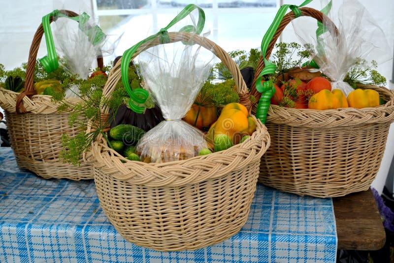 Καλάθια δώρων με τη στάση λαχανικών σε έναν πίνακα στοκ φωτογραφία