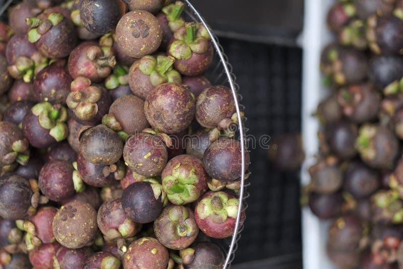 Καλάθια με φρέσκο εξωτικό τροπικό mangosteen φρούτων στοκ φωτογραφίες με δικαίωμα ελεύθερης χρήσης