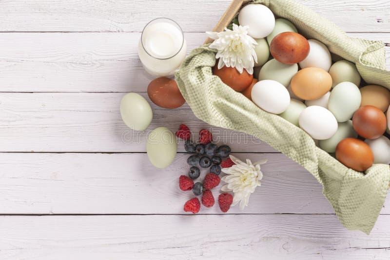 Καλάθι από οργανικά φυσικά αυγά χωρίς κλουβί στοκ εικόνα