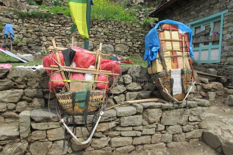 Καλάθι αχθοφόρων Sherpa στην πορεία οδοιπορίας του Νεπάλ στοκ φωτογραφίες