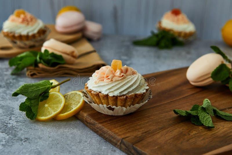 Καλάθι κέικ με την κρέμα και το λεμόνι στοκ εικόνες με δικαίωμα ελεύθερης χρήσης