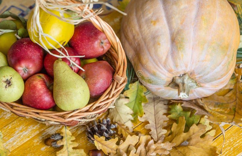 Καλάθι κολοκύθας και φρούτων σε έναν ξύλινο πίνακα στοκ εικόνες με δικαίωμα ελεύθερης χρήσης