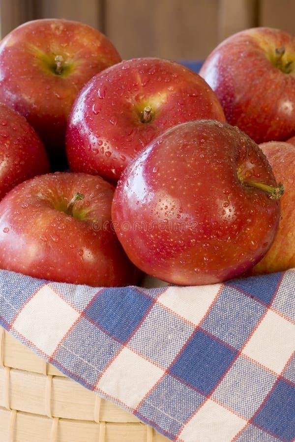 καλάθι μήλων στοκ φωτογραφίες