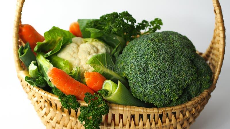 Καλάθι με τα διαφορετικά υγιή λαχανικά στοκ φωτογραφία με δικαίωμα ελεύθερης χρήσης