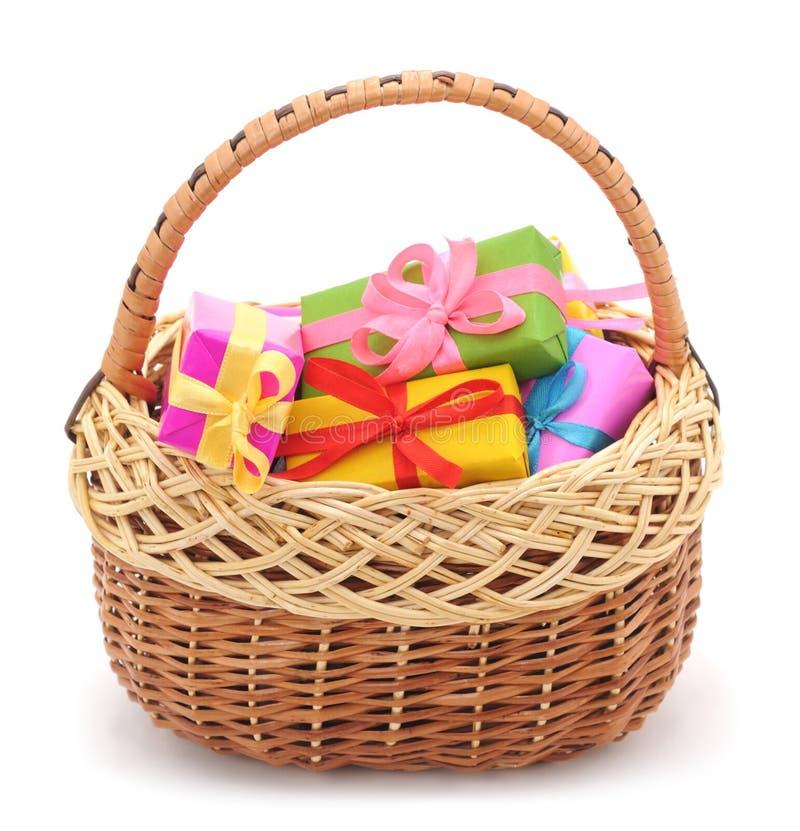 Καλάθι με τα δώρα στοκ φωτογραφία με δικαίωμα ελεύθερης χρήσης
