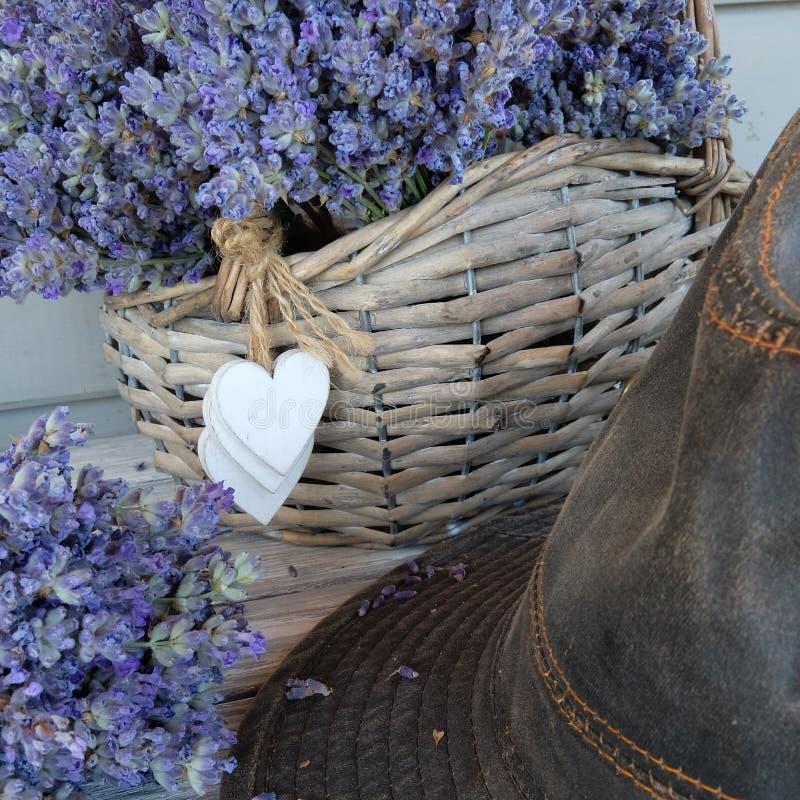 Καλάθι με lavender και το καπέλο στοκ εικόνα