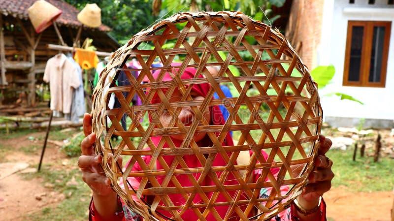 Καλάθι μπαμπού craftswoman κάνοντας την εργασία του στοκ φωτογραφία με δικαίωμα ελεύθερης χρήσης