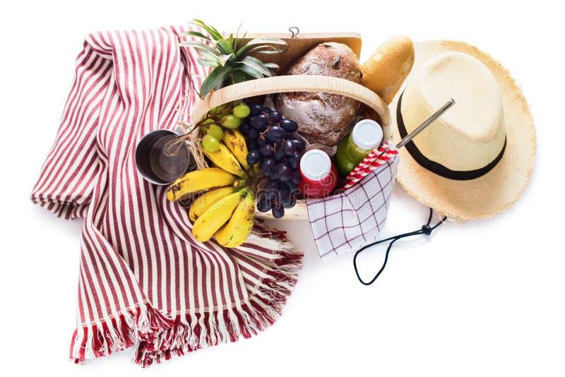 Καλάθι που γεμίζουν ριγωτό καλοκαίρι πικ-νίκ καρό φρούτων τροφίμων στοκ φωτογραφία με δικαίωμα ελεύθερης χρήσης
