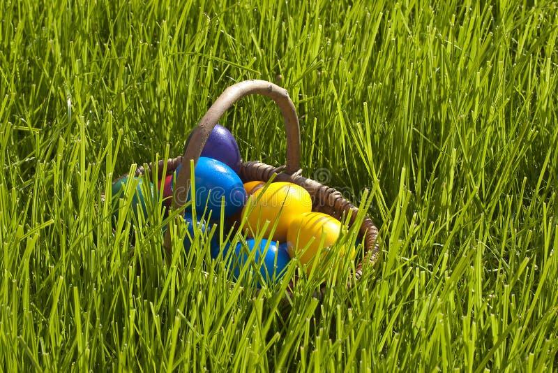 Καλάθι των αυγών Πάσχας στοκ φωτογραφία