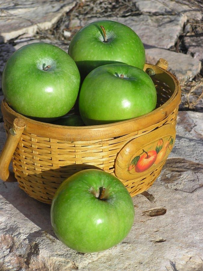 καλάθι 02 μήλων στοκ εικόνες με δικαίωμα ελεύθερης χρήσης