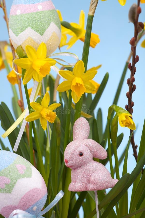 καλάθι daffodils Πάσχα στοκ φωτογραφία με δικαίωμα ελεύθερης χρήσης