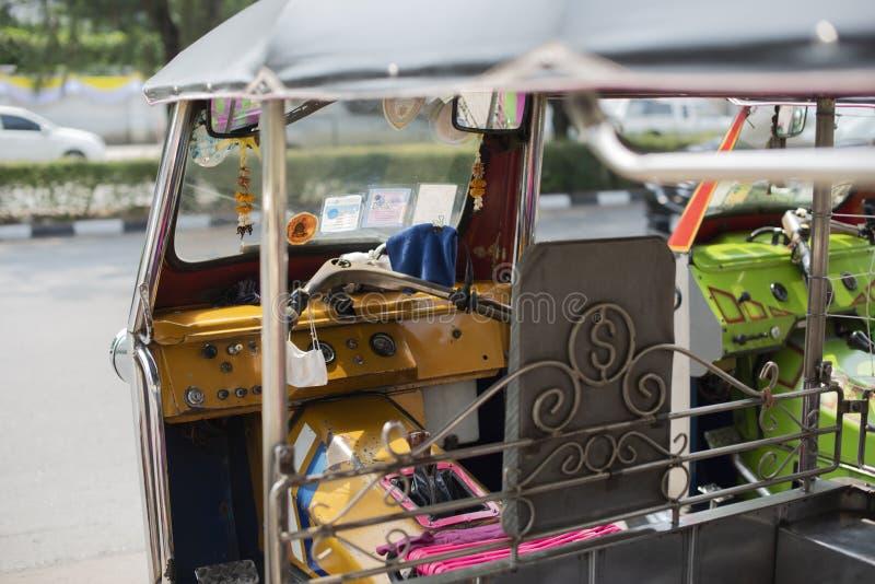 Καλά - γνωστό και διάσημο τοπικό ταξί στην Ταϊλάνδη, tuk-Tuk, θέση τουριστών στάθμευσης κοντινή, που περιμένει τους επιβάτες που  στοκ εικόνες