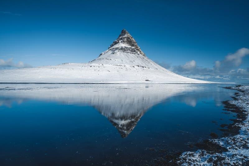 Καλά - γνωστό Kirkjufell στην Ισλανδία με την αντανάκλαση στοκ φωτογραφία με δικαίωμα ελεύθερης χρήσης