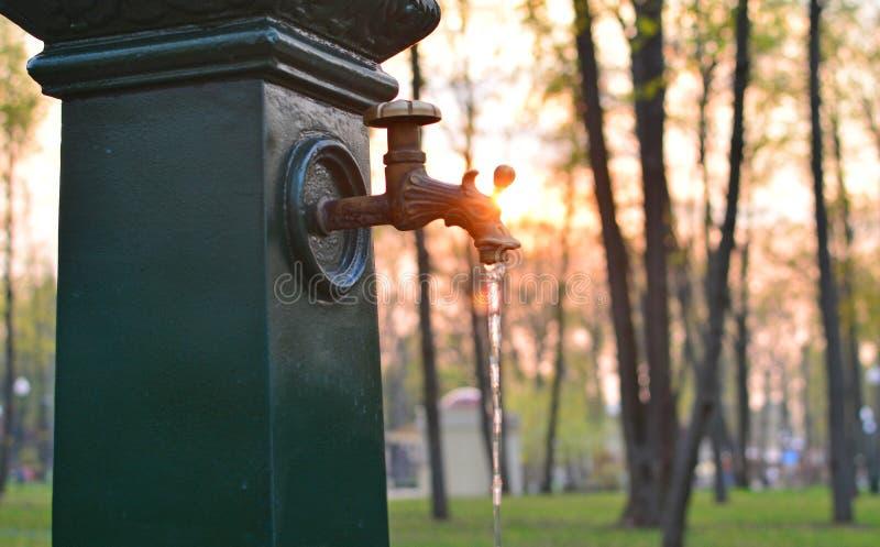 Καλά με το νερό σε ένα πάρκο Κρουνός στοκ εικόνα με δικαίωμα ελεύθερης χρήσης