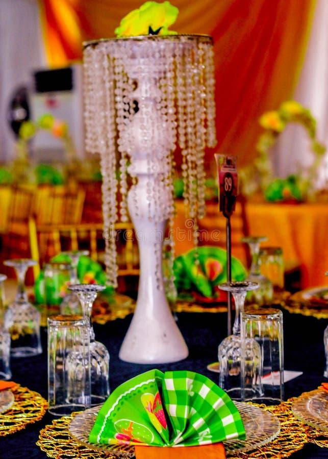 Καλά ντυμένη επιτραπέζια ρύθμιση για το γάμο στοκ εικόνες