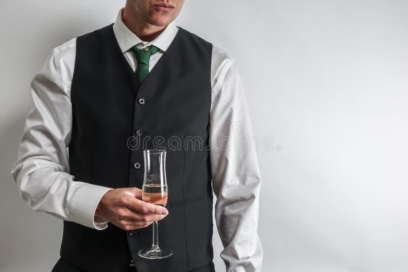 Καλά ντυμένο άτομο που κρατά ένα ποτήρι της σαμπάνιας, φρυγανιά/ενθαρρυντικός στοκ φωτογραφία με δικαίωμα ελεύθερης χρήσης