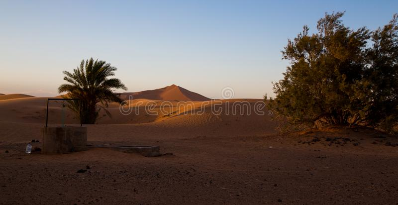 Καλά στην έρημο στο ηλιοβασίλεμα στοκ εικόνα