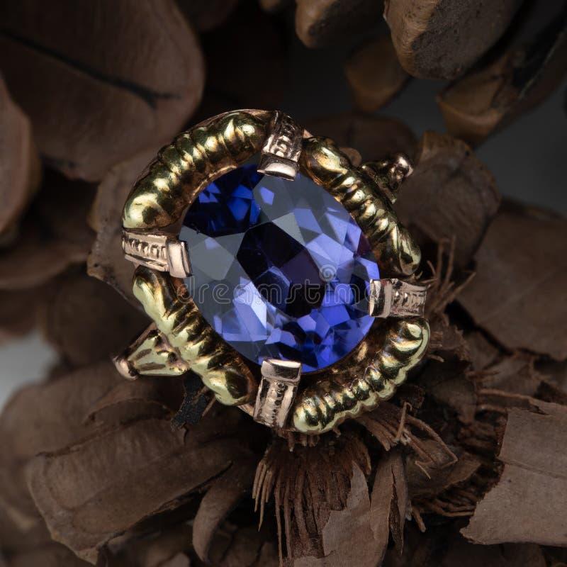 Καλά φορεμένο χρυσό δαχτυλίδι στοκ εικόνα