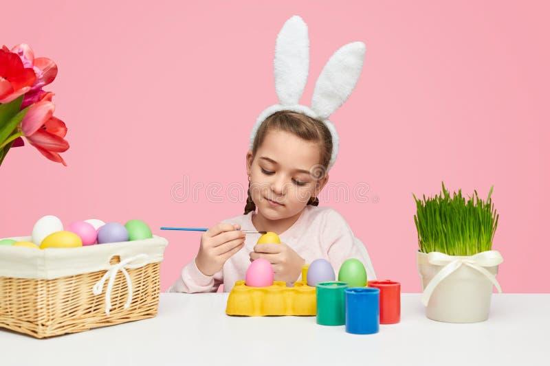 Καλά χρωματίζοντας αυγά κοριτσιών για Πάσχα στοκ φωτογραφίες με δικαίωμα ελεύθερης χρήσης