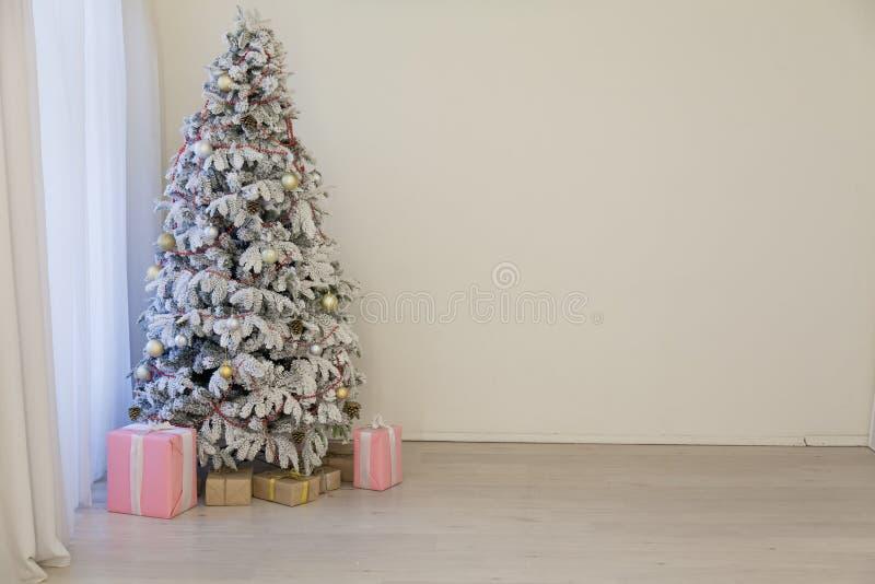 Καλές διακοπές εσωτερικό άσπρο δωμάτιο δώρων δέντρων έτους Χριστουγέννων νέο στοκ εικόνα με δικαίωμα ελεύθερης χρήσης