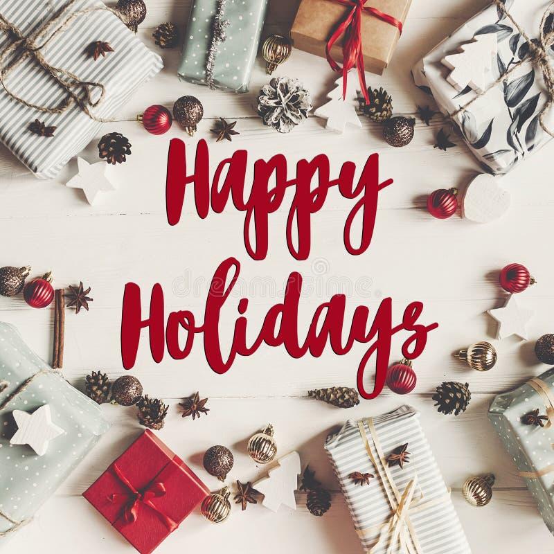 Καλές διακοπές κείμενο, εποχιακό σημάδι καρτών χαιρετισμών fla Χριστουγέννων στοκ εικόνες