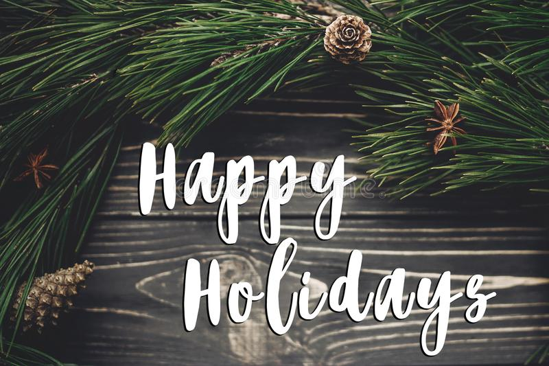 Καλές διακοπές σημάδι κειμένων, ευχετήρια κάρτα μοντέρνο rusti Χριστουγέννων στοκ εικόνες με δικαίωμα ελεύθερης χρήσης