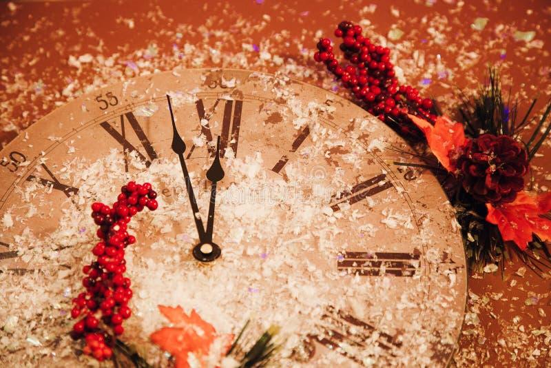 2018 καλής χρονιάς υποβάθρου εορτασμού καρτών λαμπιρίζοντας ρολόι ρολογιών διακοσμήσεων κόκκινο στοκ εικόνα