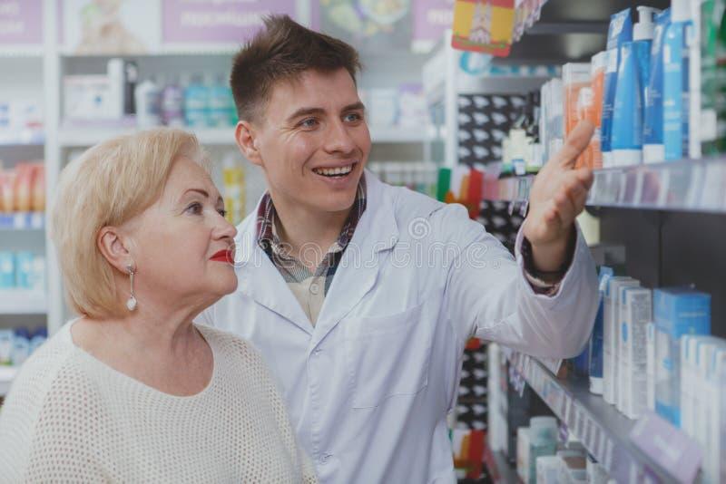 Καλή ανώτερη γυναίκα που ψωνίζει στο φαρμακείο στοκ εικόνα