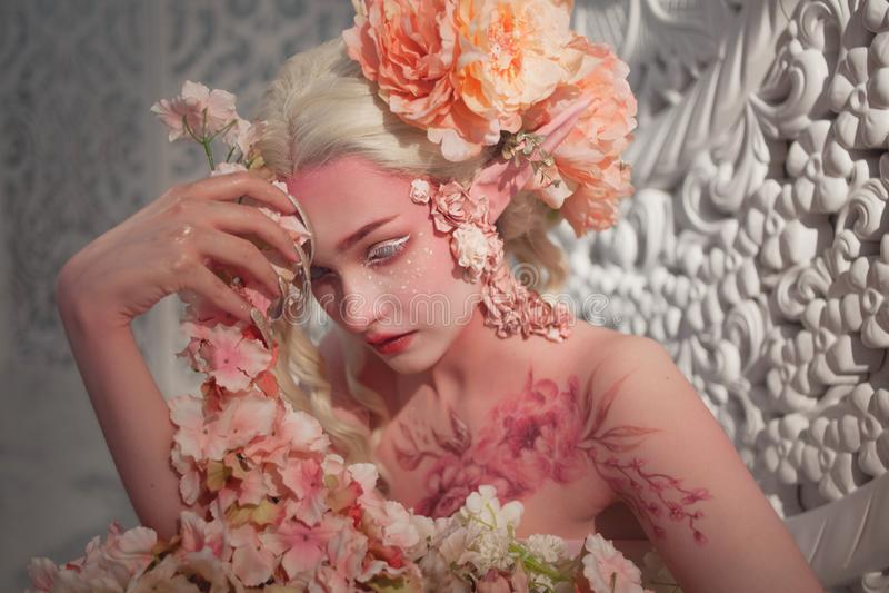 Καλή αυτή-νεράιδα μεταξύ των λουλουδιών Δημιουργική σύνθεση και bodyart στοκ φωτογραφία με δικαίωμα ελεύθερης χρήσης