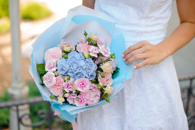 Καλή και λεπτή ανθοδέσμη των ζωηρόχρωμων λουλουδιών στα χέρια στοκ εικόνες με δικαίωμα ελεύθερης χρήσης