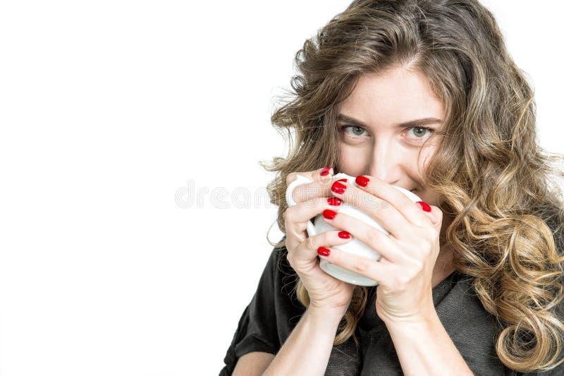 Καλή νέα γυναίκα φλιτζανιών του καφέ κοριτσιών που απολαμβάνει το ζεστό ποτό στοκ εικόνες με δικαίωμα ελεύθερης χρήσης