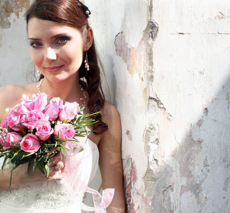 Καλή νύφη με την ανθοδέσμη στοκ φωτογραφίες με δικαίωμα ελεύθερης χρήσης