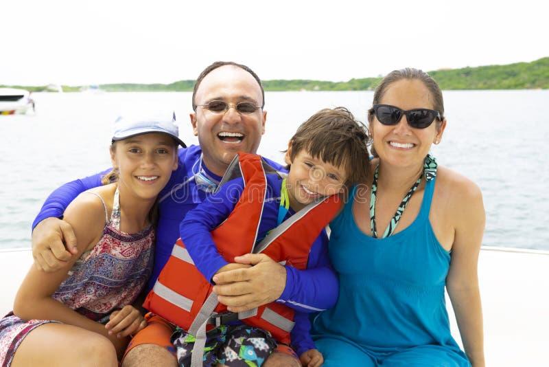 Καλή οικογένεια που απολαμβάνει το καλοκαίρι στοκ εικόνες