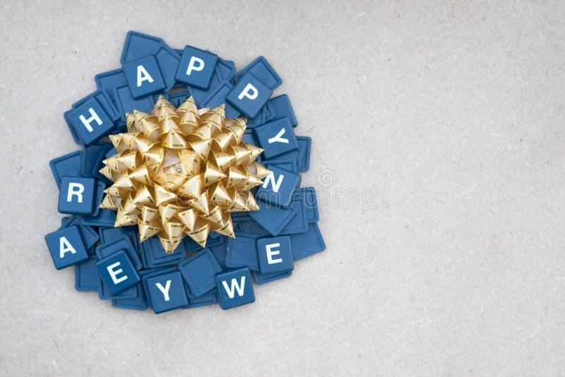 Καλή χρονιά με το χρυσό τόξο δώρων στοκ φωτογραφία με δικαίωμα ελεύθερης χρήσης