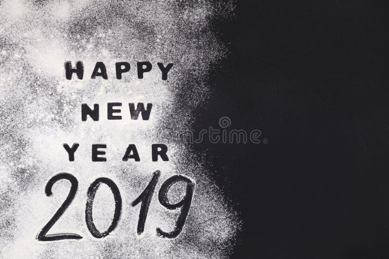 Καλή χρονιά 2019 που γράφεται στο μαύρο υπόβαθρο στοκ εικόνα