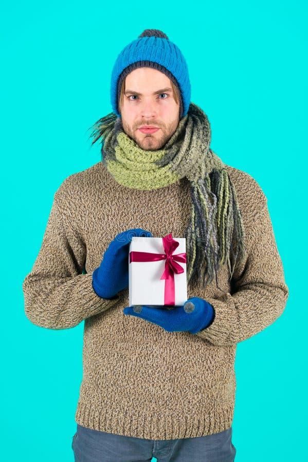 καλή χρονιά χριστουγεννιάτικο δώρο Άτομο με το παρόν κιβώτιο Αγορές Εορτασμός χειμερινών διακοπών Το πρωί πριν από τα Χριστούγενν στοκ εικόνα