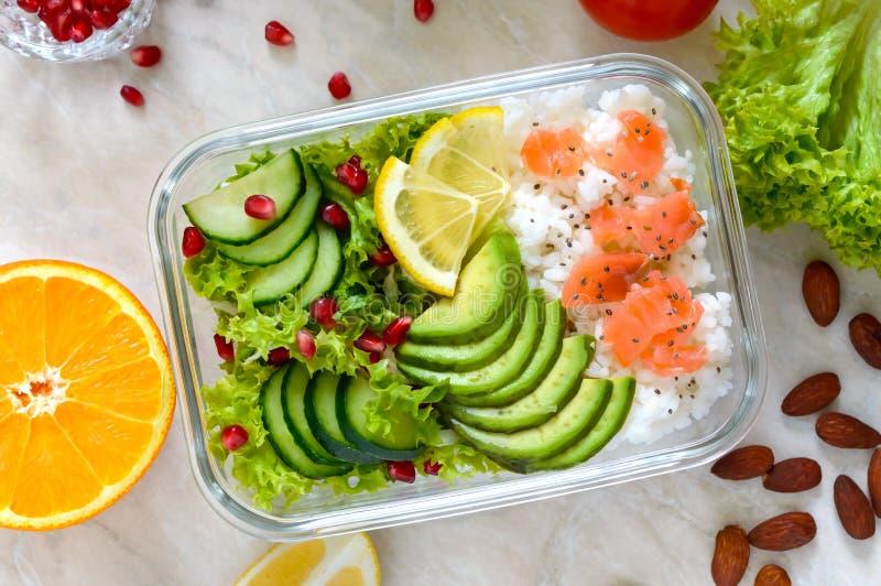 Καλαθάκι με φαγητό: ρύζι, σολομός, σαλάτα με το αγγούρι, αβοκάντο, πράσινα ικανότητα σιτηρεσίου δημ&e κατανάλωση έννοιας υγιής στοκ εικόνα με δικαίωμα ελεύθερης χρήσης