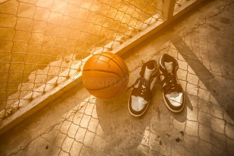 Καλαθοσφαίριση και παπούτσια καλαθοσφαίρισης στοκ φωτογραφία με δικαίωμα ελεύθερης χρήσης