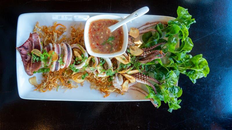 Καλαμάρι σε σχάρα με σάλτσα θαλασσίου φαγητού στο πιάτο στοκ φωτογραφία με δικαίωμα ελεύθερης χρήσης