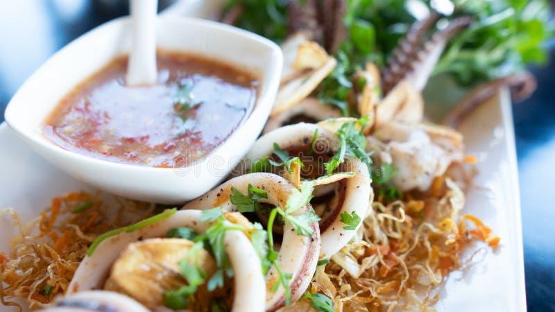 Καλαμάρι σε σχάρα με σάλτσα θαλασσίου φαγητού στο πιάτο στοκ εικόνες
