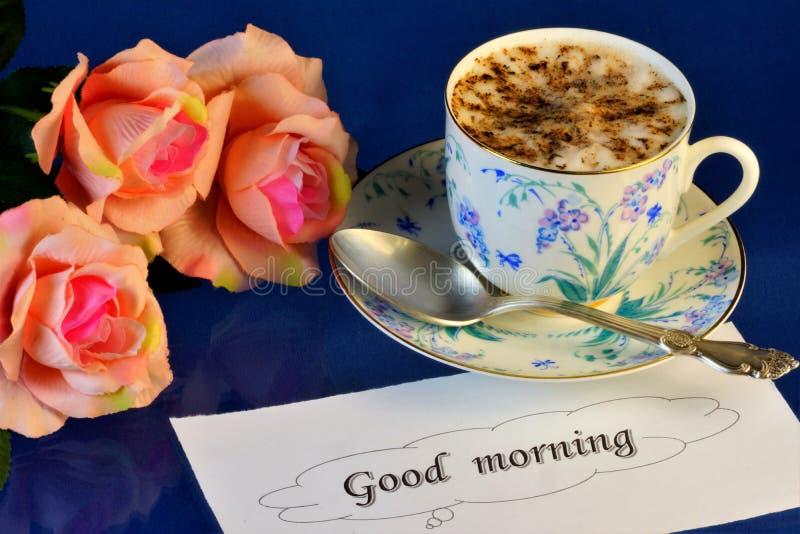 Καλημέρα, εύγευστοι καφές και τριαντάφυλλα για μια χαρούμενη διάθεση Ένα ποτό έκανε από την καλή ενδυνάμωση φασολιών ψημένου και  στοκ εικόνα με δικαίωμα ελεύθερης χρήσης